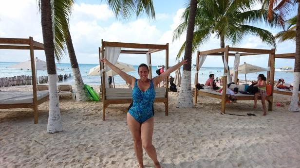 Färgen på havet är intensivt paradisturkos och på stranden kan man hyra en lyxig familjebädd att slappa i under vajande palmer!