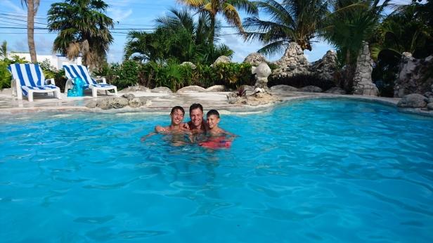 Den underbara poolen där killarna hängde mest hela tiden!