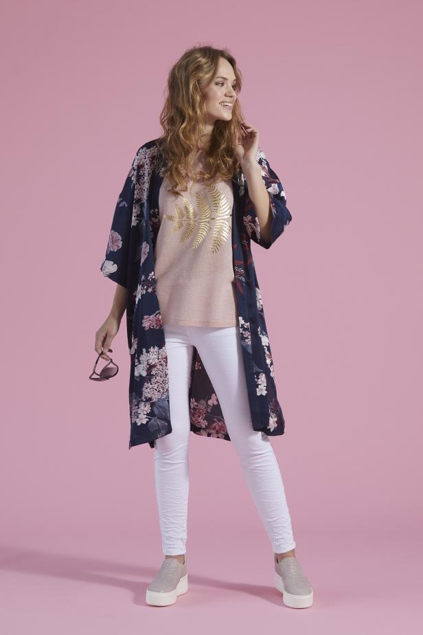 Självklart har de med en vacker kimono i kollektionen! Ett riktigt nyckelplagg i vår.