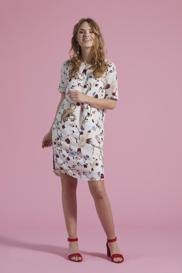 Jag gillar skarpt printet på den här klänningen, tigrar och tranor.