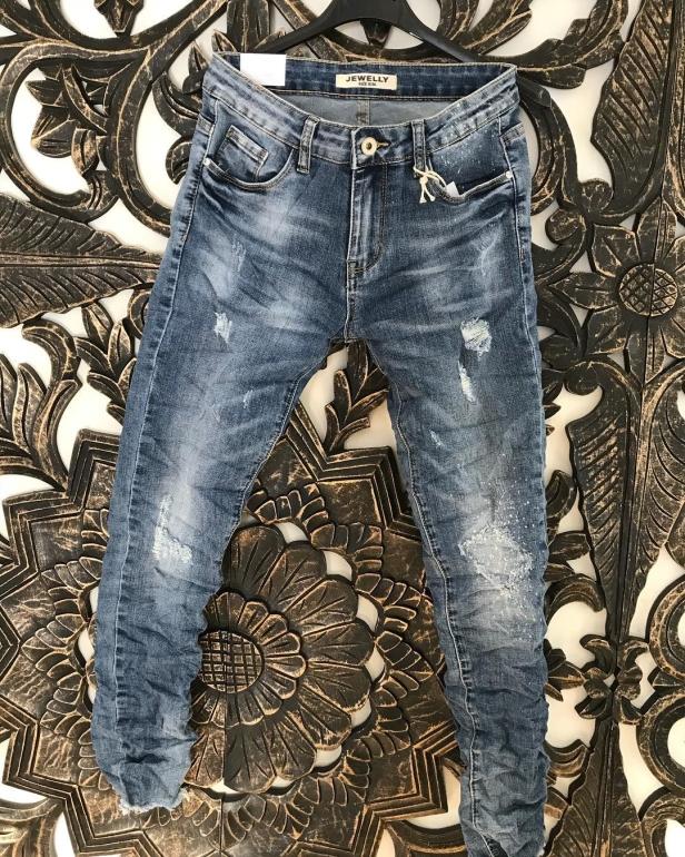 Fina jeans med lagom tuffa slitningar