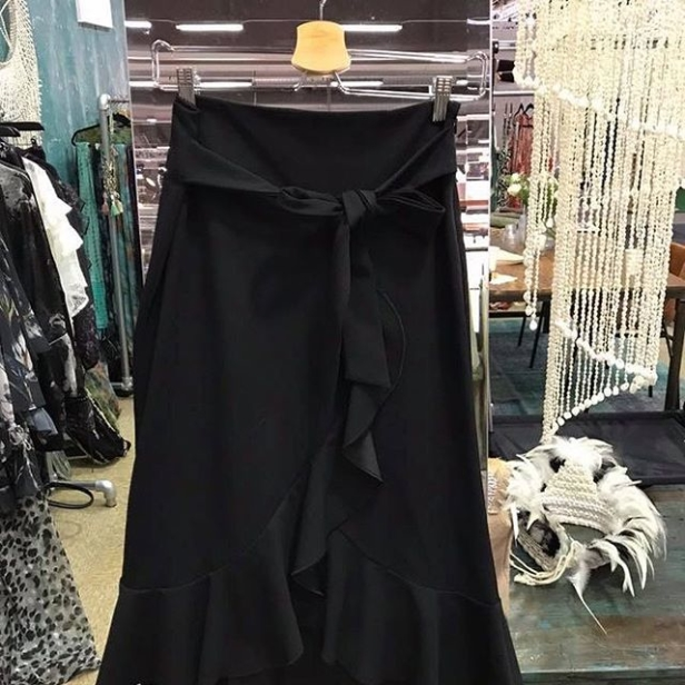 Den här kjolen blev jag lite kär i, så fint med volangen! Den kommer i fler färger under våren!