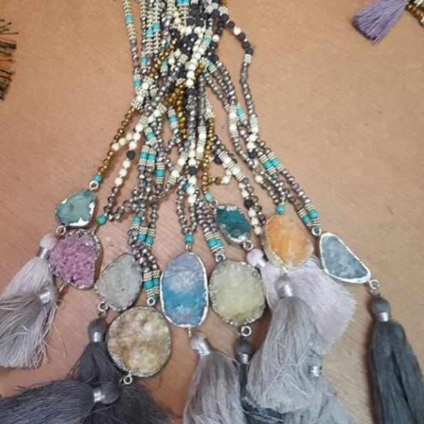 Halsbanden är jättefina i verkligheten, vackra stenar och pärlor! Sorry för den suddiga bilden!