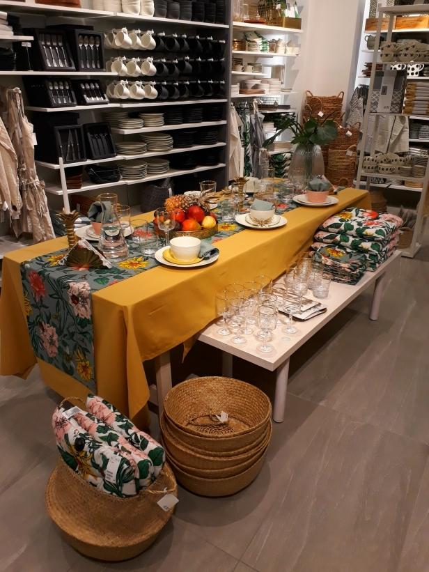 Mycket lejongult och djungeltema inne på H&M Home