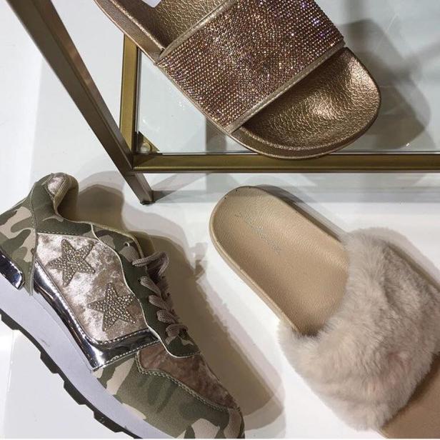 Sneakers i camo och med glitterstjärnor känns så helrätt nu till våren!