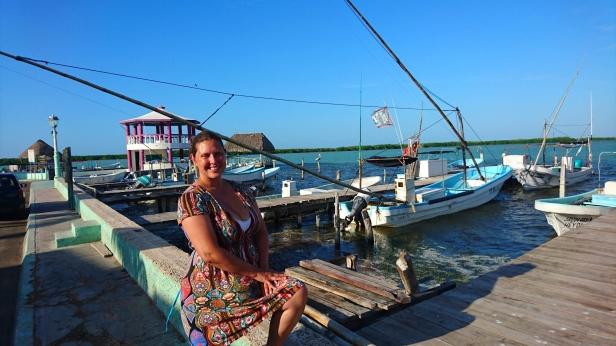 Jag vid den lilla hamnen i fiskebyn Rio Lagartos