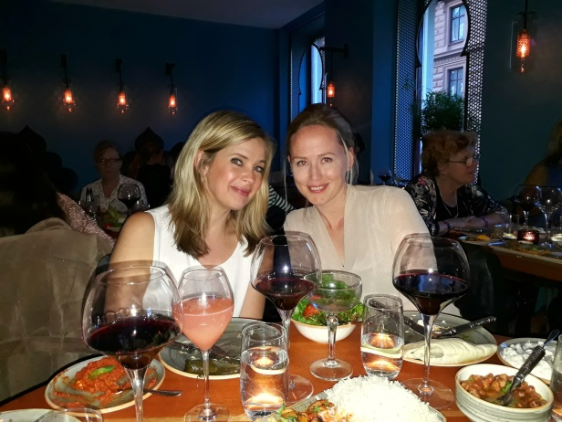 Anna och Lisa njuter av den goda maten på Beirut Cafe