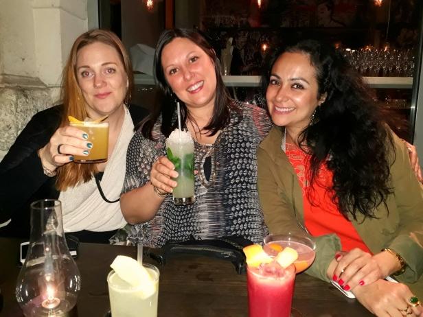 Somriga drinkar, blev en Mojito för mig! Maria, jag och Ecaterina.
