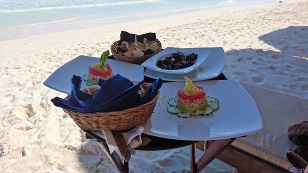 Strandlunch på Isla Holbox, hummersallad med guccamole, grapefrukt och kokta musslor.