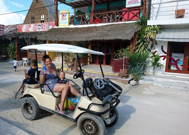 Under två dagar hyrde vi golfbil och gjorde utflykter runt ön. Proviantstopp vid den lilla matbutiken på torget