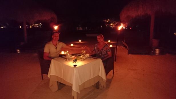 En kväll blev jag överraskad med en romantisk middag direkt på sandstranden, under stjärnorna!