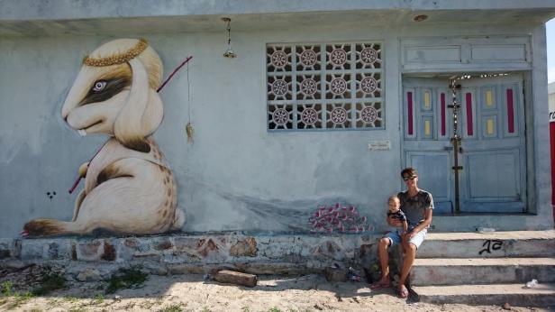 Överallt på öns hus hittar man färgglada och vackra murmålningar