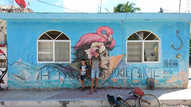 Fantasifulla målningar pryder husen på Isla Holbox