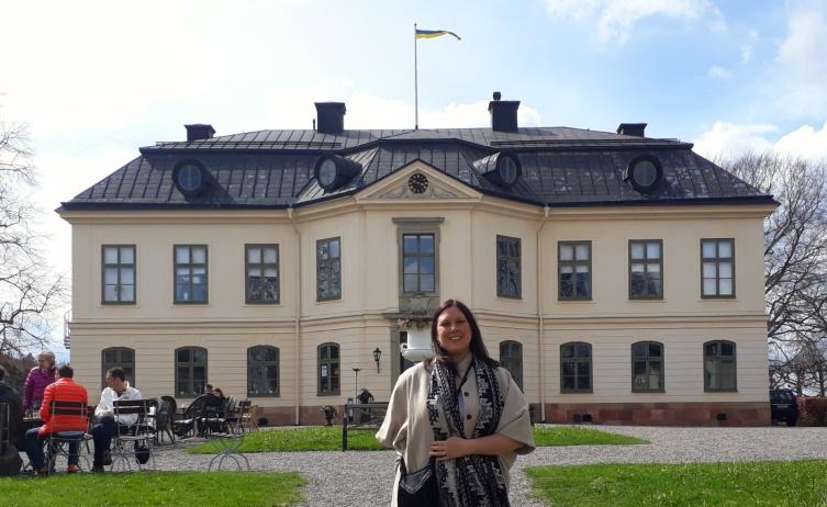 Här står jag med det vackra slottet Sturehof i bakgrunden