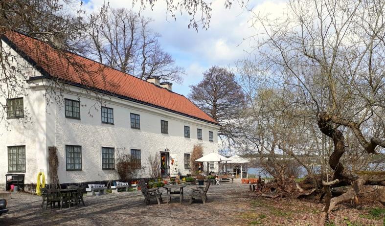 Sturehofs Krukmakeri ligger i slottets sjövilla nere vid Mälaren