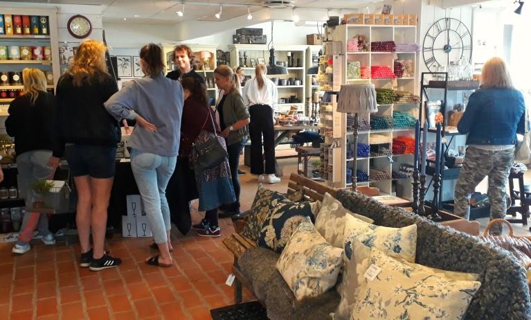 Butiken fylldes snabbt upp av trevliga kunder som var både frukost- och shoppingsugna!