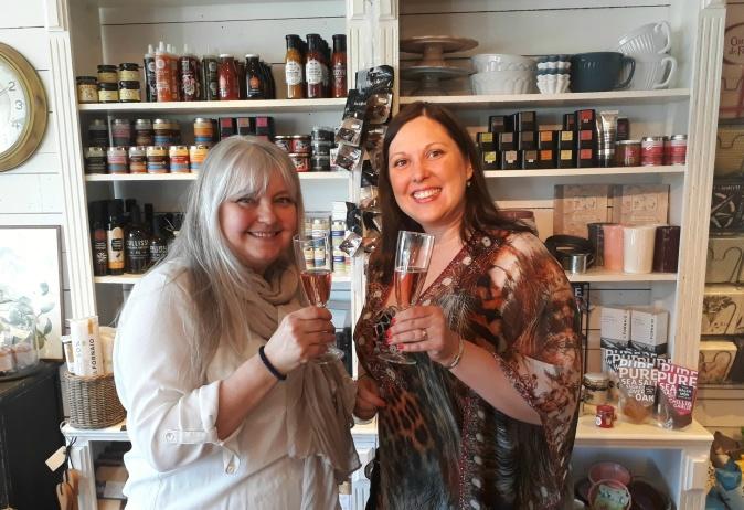 Härliga butiksägarinnan Lisa Brandt och jag njuter av champange och utbyter erfarenheter, på Cranberry Corner!