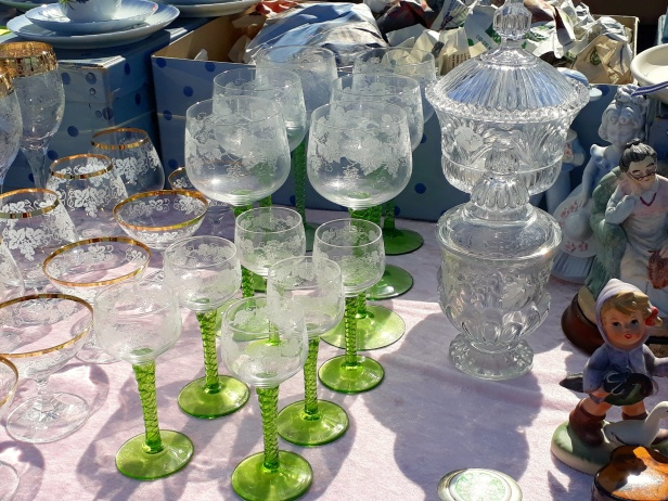 Vackra glas och godisskålar på fot fanns att fynda på Solvallas Bakluckeloppis
