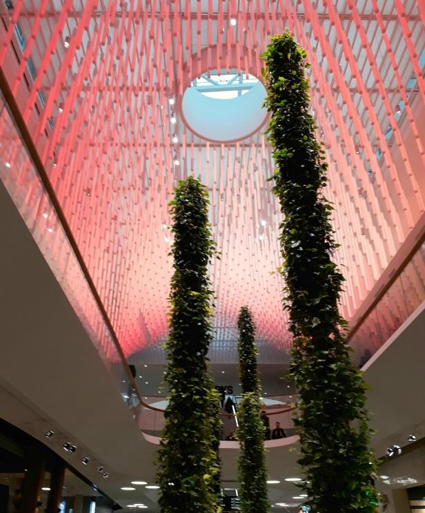 Det är så snyggt inne på Mall of Scandinavia, älskar det här taket som ändrar färg!
