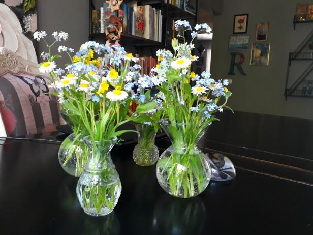 En samling småvaser, perfekta till vårens småblommor!