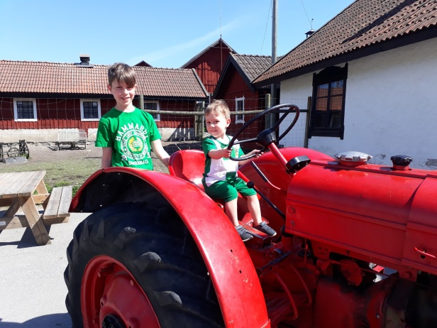 och en röd traktor som var sittvänlig, lyckan var total!