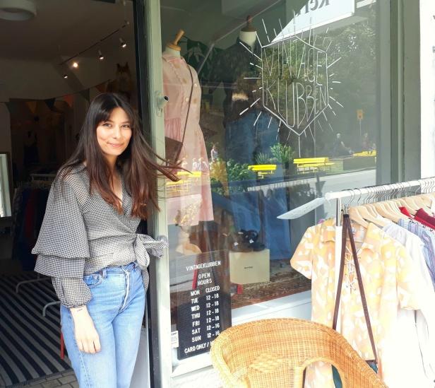 Fina Tina utanför sin butik, Vintageklubben!