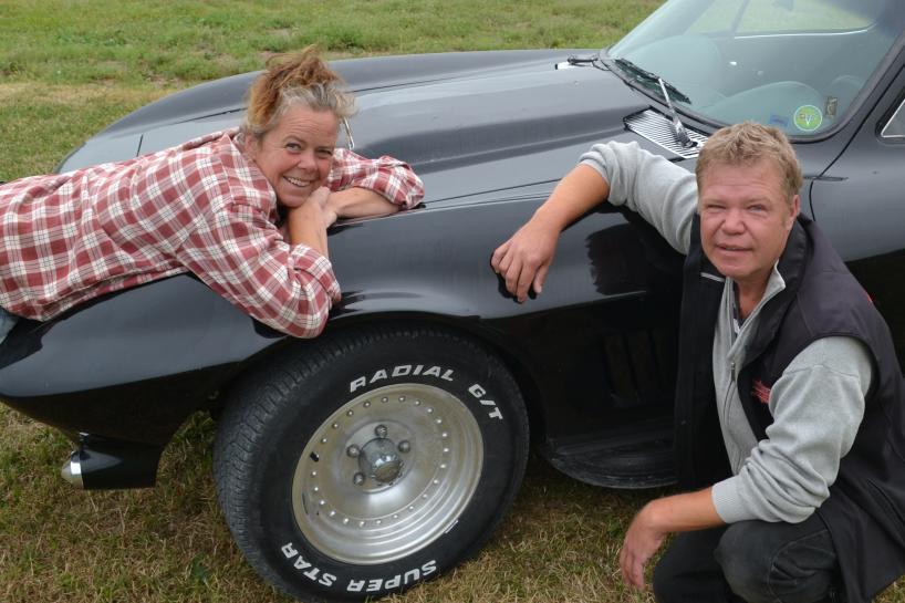 Kickan och Per framför sin Corvette