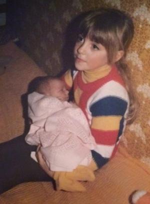 Min storasyster håller mig i sin famn för första gången