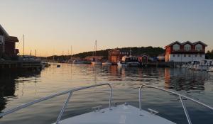 Dagen efter det negativa graviditetstesten åkte vi ut med båten. Vi ville komma bort och bara vara vi två för en stund. Vi åkte hem först när solen var på väg ner.