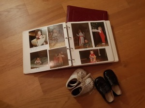 """I förra veckan fick jag min  fotobok """"Mitt första år"""". Jag fick även två par skor som jag haft när jag var liten."""