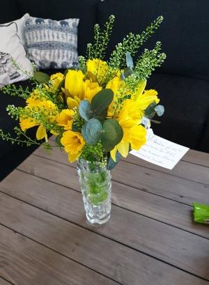Ett blomstebud med fina påskblommor kom hemlevererade dagen efter att vi påbörjat behandlingen med att få ut det döda fostret.