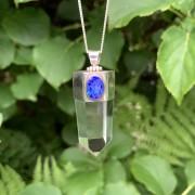 Hängsmycke Bergkristall med ädelopal