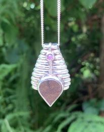 Hängsmycke, meteorit - 19 gr, med rubin