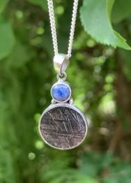 Hängsmycke, meteorit - 4,4 gr, med blå safir