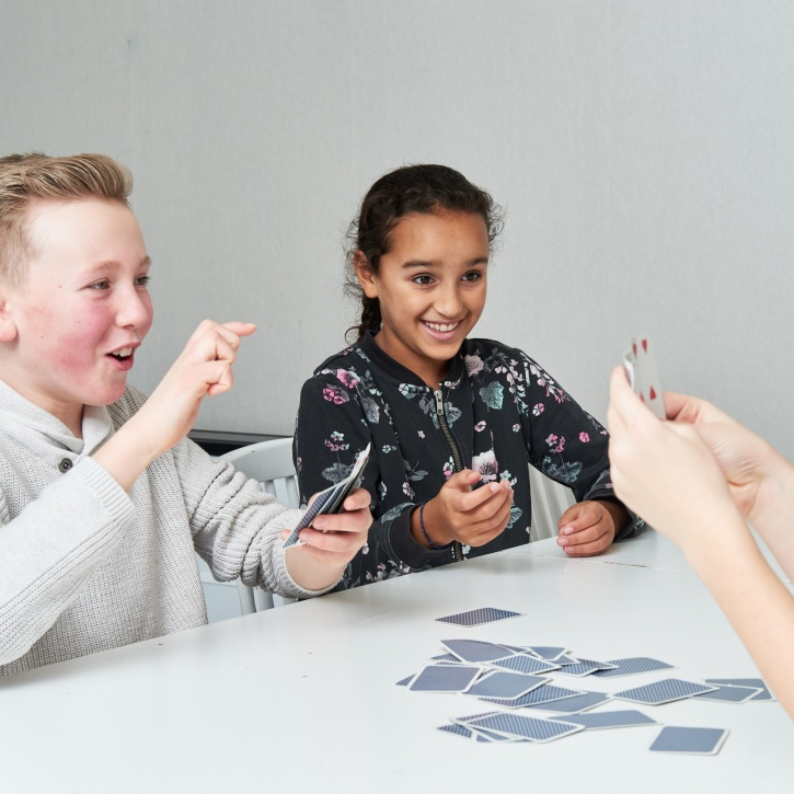 Barn spelar kort
