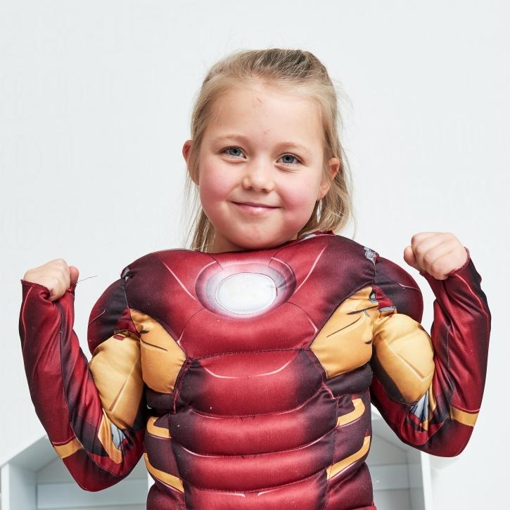 Barn som leker superhjälte