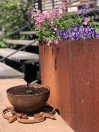 Blomlåda i Cortén