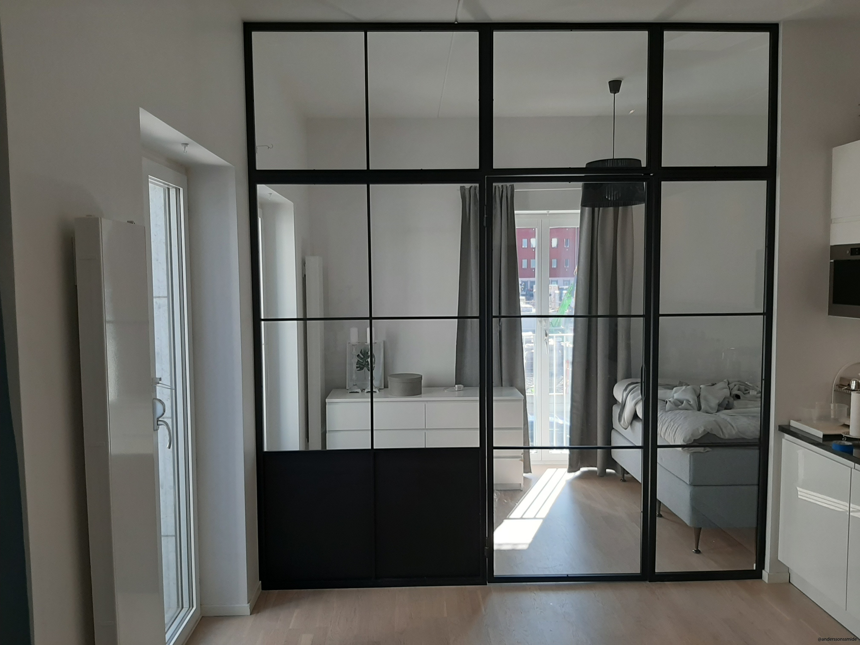 Glasvägg med enkeldörr