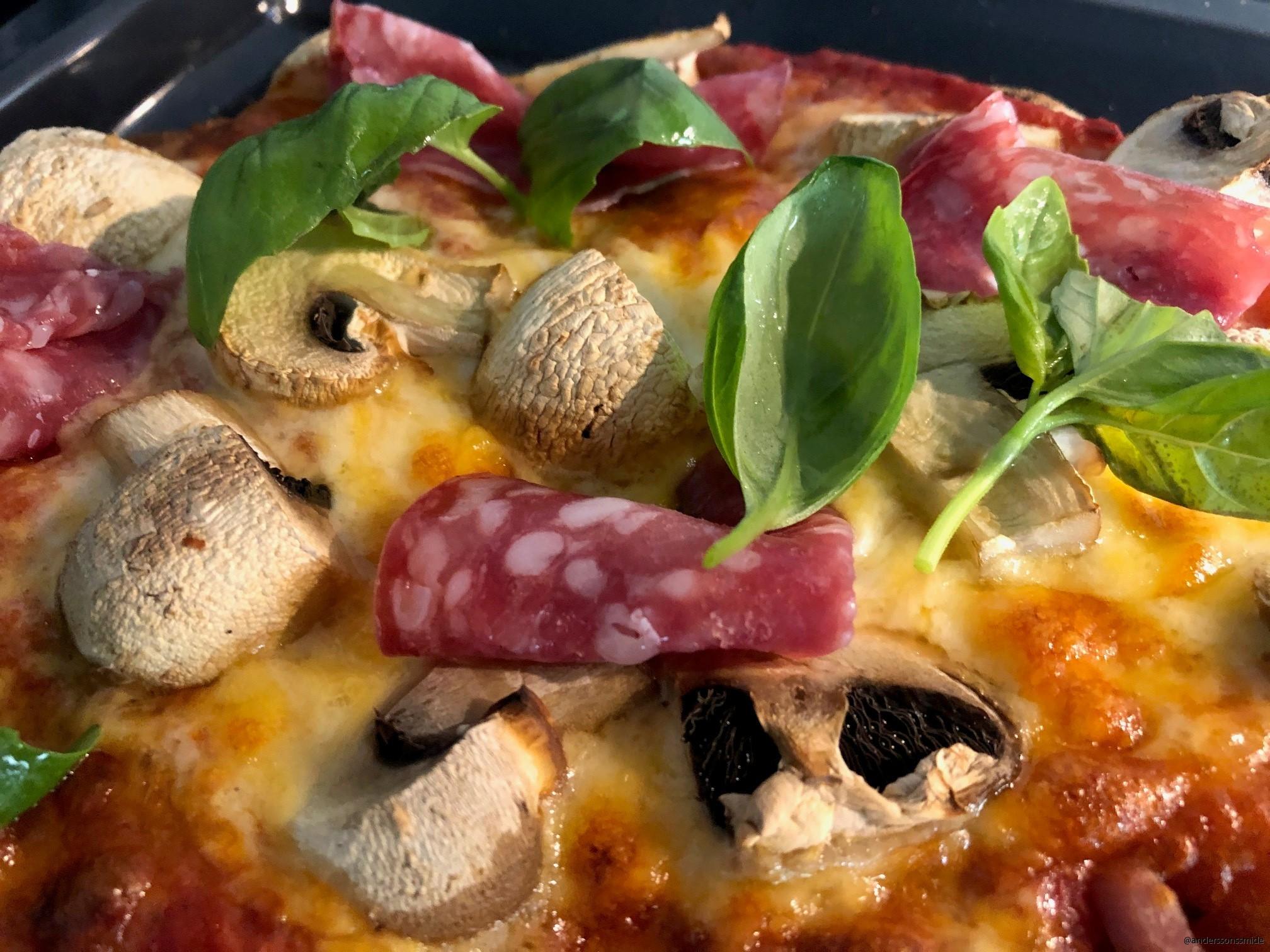 pizza lagad på vårt egna pizzastål