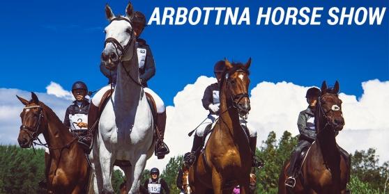 Förväntasfulla ekipage under banvisning på fälttävlan Arbottna Horse Show