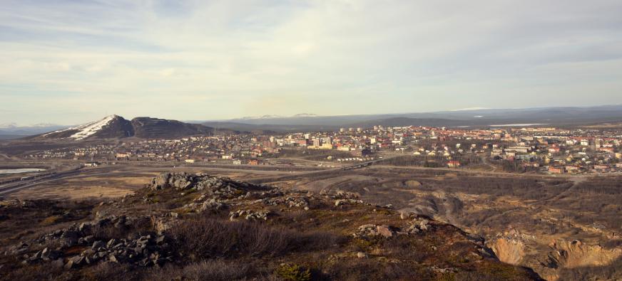 Kiruna samhälle sett från Kiirunavaara. Till höger Luossavaara. I förgrunden syns deformationen närma sig gruvsamhället.Foto: Curt Persson 2007.