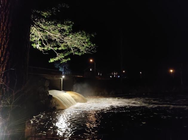 Vattenfallet från dammluckorna