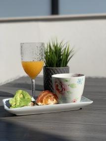 frukost med färskpressad juice och solmogen avokado