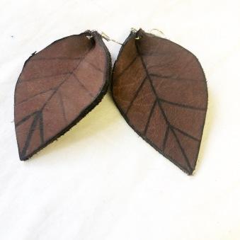 rebell örhänge bruna mönster läder