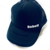 Rebell keps trucker svart med vit rebell text unisex