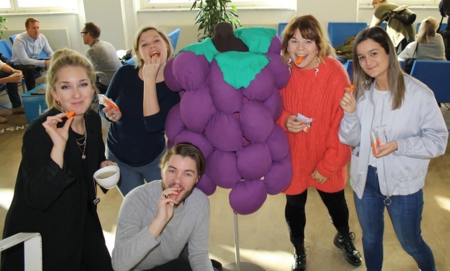 Filippa, Rebecka, Calle, Alexandra och Semra kalasar på karotenoid-rika morötter från Dole.