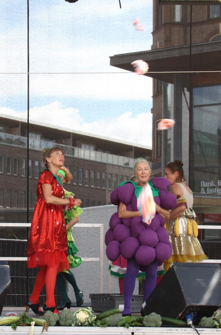 Godisregn blev det också! Publiken jublade när de fångade de krispiga minimorötterna som Dole/Saba sponsrat!