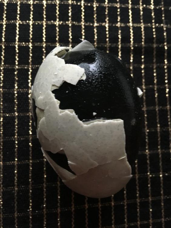 Tusenårigt ägg! Ägg som legat nergrävt i marken och fått en märklig gråsprickig färg på skalet och inuti är alldeles svart. Smakar fruktansvärt äckligt men det är kul att prova nytt!