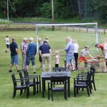 Skolgård med grönytor och fotbollsplan