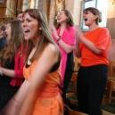 East sjunger på gudstjänst